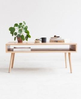 Stolik BAU to stolik kawowy z wnęką, który został wykonany z najwyższej klasy drewna dębowego.