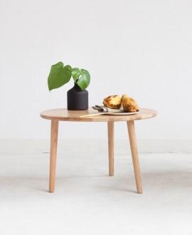 Stolik kawowy OVAL w mniejszej wersji został wykonany z naturalnego drewna dębowego.