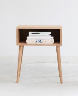 Szafka nocna LUNA z wnęką do przechowywania książek oraz gazet. Do wyprodukowania tej szafki zostało użyte naturalne drewno dębo