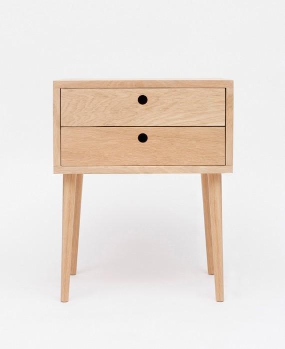 Szafka nocna LUNA II wykonana w stylu skandynawskim z drewna dębowego posiada dwie szuflady z otworem.